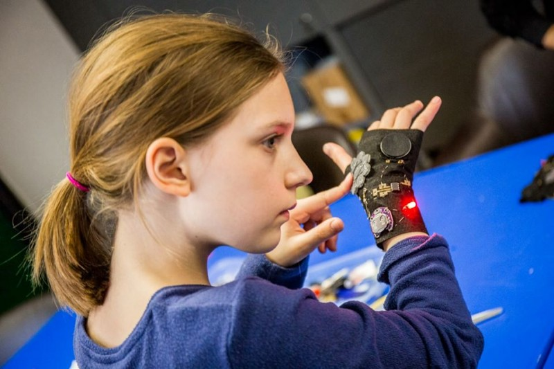 KonS: Kolesarska signalna rokavica / delavnica v KRMC
